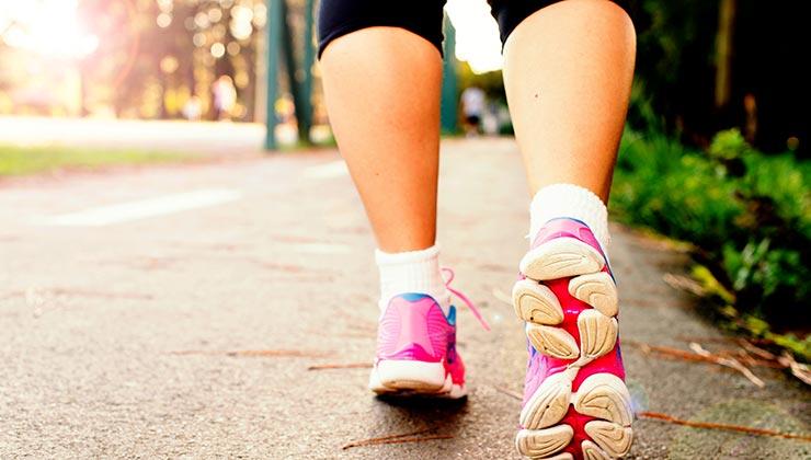 Caminar ayuda a mejorar tu condición física para tener una mejor salud (Foto: Daniel Reche - Pexels).