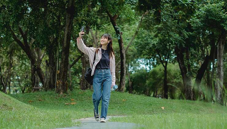Las aplicaciones para contar pasos te pueden ayudar a ser constante en tu rutina diaria de ejercicios (Foto: Zen Chung - Pexels).